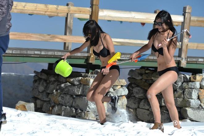 Lên núi tuyết bắt gặp phải dàn hotgilt mặc bikini