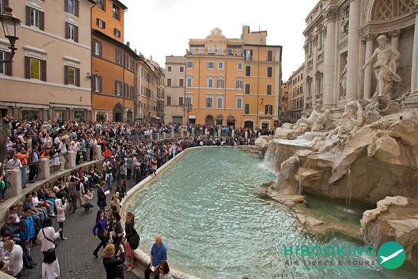 Bị phạt 450 euro vì rửa chân trong đài phun nước tại Rome